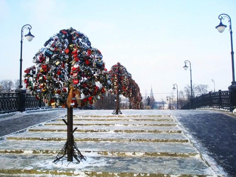 Arbres d'amour sur le pont Loujukov, Moscou