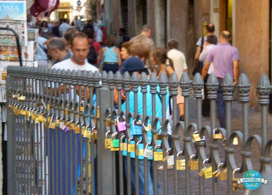 Une photo floue des cadenas d'amour par la fontaine de Trevi que j'ai prise à Rome en 2008. Je peux seulement imaginer que le nombre de cadenas ici a explosé depuis!