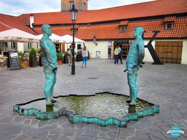 Pissing Sculpture, Mala Strana