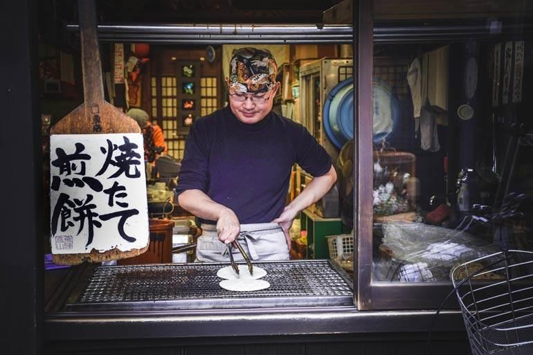 Mangez de la nourriture de rue locale de Takayama