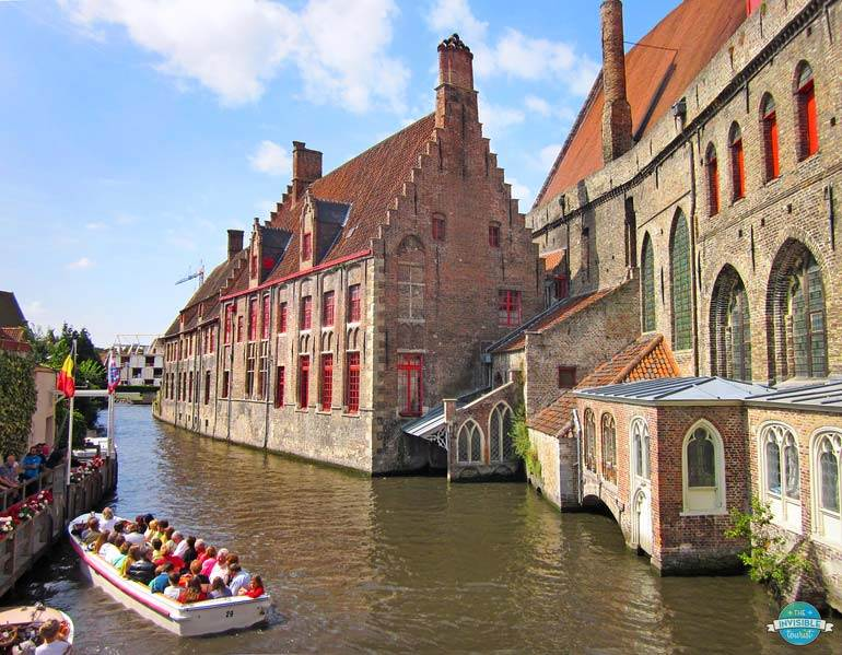 Responsible tourist behaviour means avoiding day trips to popular destinations and staying longer in places such as Bruges, Belgium